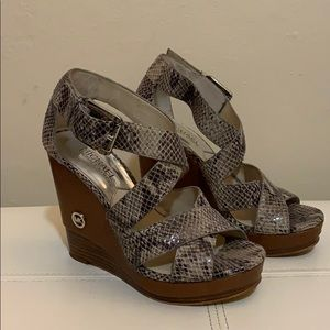 Mk wedge  plataform snake print sandals